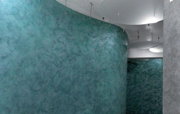 ДЕКОРА ДЕЛУКС е декоративна боя с бели нишки, която придава античен завършен вид, подходяща за вътрешни помещения, с леко тъмен, грапав финиш.